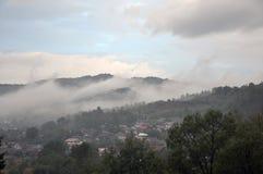 Niebla sobre el pueblo de Drácula Foto de archivo