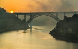 Niebla sobre el puente de Arrabida, Oporto, Portugal Imagenes de archivo