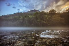 Niebla sobre el río Tara en la puesta del sol imágenes de archivo libres de regalías