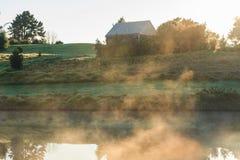Niebla sobre la charca en el amanecer Fotografía de archivo