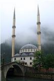 Niebla sobre la mezquita y el puente imagen de archivo