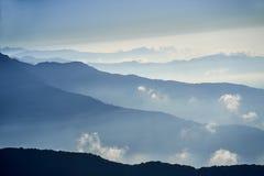 Niebla sobre la montaña en montañas de Himalaya del valle fotos de archivo libres de regalías