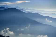 Niebla sobre la montaña en montañas de Himalaya del valle imagenes de archivo