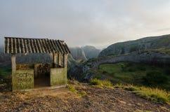Niebla y choza concreta en las rocas negras de Pungo Andongo o de Pedras Negras en Angola fotografía de archivo