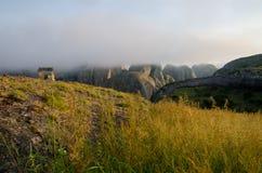 Niebla y choza concreta en las rocas negras de Pungo Andongo o de Pedras Negras en Angola Imágenes de archivo libres de regalías
