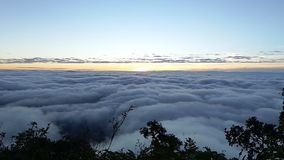 Niebla y niebla de la mañana que se mueven lentamente desde punto de visión en tiempo de la salida del sol en el dao de Doi Luang almacen de metraje de vídeo