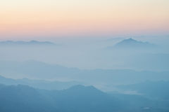 Niebla y las montañas Fotografía de archivo