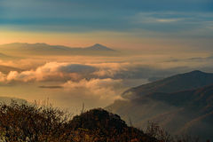 Niebla y montaña durante salida del sol Fotografía de archivo