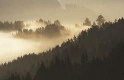 Niebla y montañas imagen de archivo libre de regalías