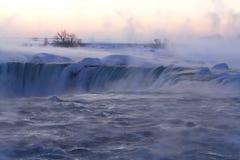 Niebla y niebla en Niagara Falls en una mañana del invierno fotografía de archivo
