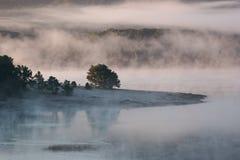Niebla y niebla a lo largo del lago fotografía de archivo