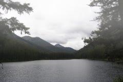 Niebla y niebla sobre un lago Foto de archivo