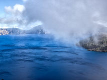 Niebla y nubes en el lago crater Imagen de archivo