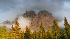 Niebla y nubes en las montañas Lapso de tiempo UHD almacen de metraje de vídeo