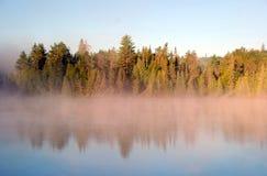 Niebla y reflexiones fotografía de archivo