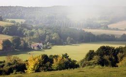 Nieblas de la mañana sobre un paisaje inglés del otoño Imagenes de archivo