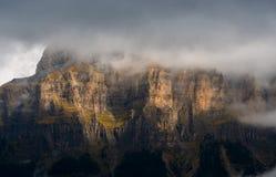 Nieblas y luz en las paredes de Ordesa Fotografía de archivo