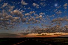 Niebo chmurnieje gwiazd drogowych pola Fotografia Stock