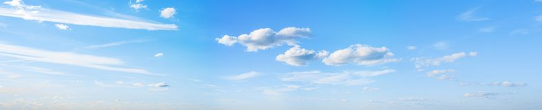 Niebo chmurnieje lato panoram? fotografia stock