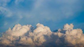Niebo chmurnieje, niebieskie niebo z biel chmurami dla tło tekstury Zdjęcia Royalty Free