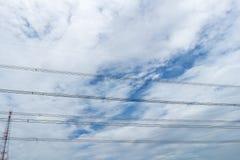 niebo drut i chmura Kabel Wysokiego napięcia kabel zdjęcia royalty free