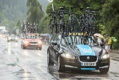 Niebo drużyny Techniczny Samochodowy jeżdżenie w deszczu - tour de france 20 Zdjęcia Stock