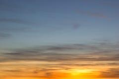 Niebo gradient od błękita pomarańczowy zmierzch Fotografia Stock