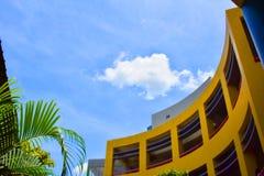 Niebo i nowożytna fasada Zdjęcie Royalty Free