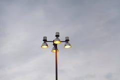 Niebo i, nowożytna lampowa ulica Zdjęcie Stock