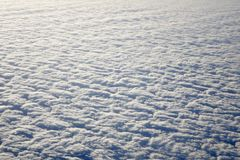 Niebo i puszyste chmury brać od samolotowego okno Obrazy Royalty Free