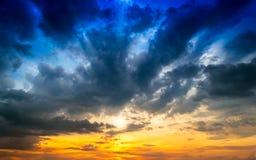 Niebo i Raincloud w zmierzchu, miękkiej części & plamie dla tła, zdjęcia royalty free