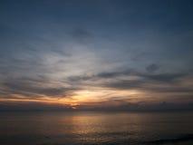 Niebo i woda przy zmierzchem Obrazy Royalty Free