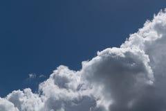Niebo jest dzielącymi diagonally cumulusów chmurami i jasnym niebem Fotografia Stock