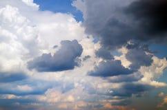 Niebo na zmierzchu. Kolorowe chmury. Fotografia Royalty Free