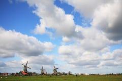 Niebo nad polem z wiatraczkami fotografia stock