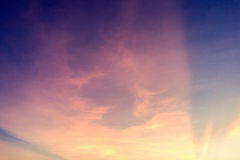 niebo obłoczny kolorowy dramatyczny zmierzch Niebo z słońca backgrou Obrazy Royalty Free