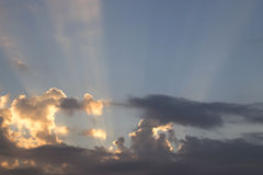 niebo obłoczny kolorowy dramatyczny zmierzch Zdjęcia Stock