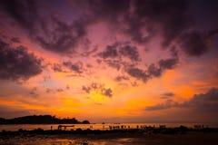 niebo obłoczny kolorowy dramatyczny zmierzch nad sylwetki moun zdjęcie royalty free