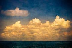 Niebo ocean chmurnieje grunge Zdjęcia Royalty Free