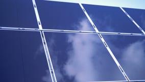 Niebo odbija na powierzchni prostokątni słoneczni moduły Panelu Słonecznego gospodarstwo rolne zdjęcie wideo