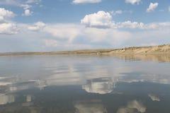 Niebo odbijający w wodzie, opustoszały plażowy jezioro, lata niebo, natura, błękit chmura, fotografia stock