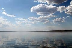 Niebo odbijający w wodzie, opustoszały plażowy jezioro, lata niebo, natura, błękit chmura fotografia stock