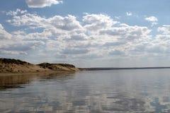Niebo odbijający w wodzie, opustoszały plażowy jezioro, lata niebo, natura, błękit chmura obrazy royalty free