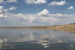 Niebo odbijający w wodzie, opustoszały plażowy jezioro, lata niebo, natura, błękit chmura fotografia royalty free