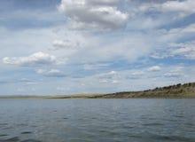 Niebo odbijający w wodzie, opustoszały plażowy jezioro, lata niebo, natura, błękit chmura, zdjęcie stock