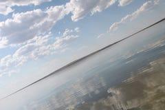 Niebo odbijający w wodzie, opustoszały plażowy jezioro, lata niebo, natura, błękit chmura obraz royalty free
