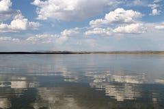 Niebo odbijający w wodzie, opustoszały plażowy jezioro, lata niebo, natura, błękit chmura obraz stock