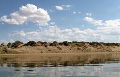 Niebo odbijający w wodzie, opustoszały plażowy jezioro, lata niebo, natura, błękit chmura, Obraz Stock
