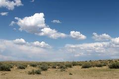 Niebo odbijający w wodzie, opustoszały plażowy jezioro, lata niebo, natura, błękit chmura, Obrazy Stock