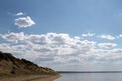 Niebo odbijający w wodzie, opustoszały plażowy jezioro, lata niebo, natura, błękit chmura, Fotografia Royalty Free